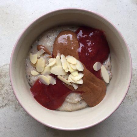 Dinkel-Chia-Brei mit Zwetschken-Creme