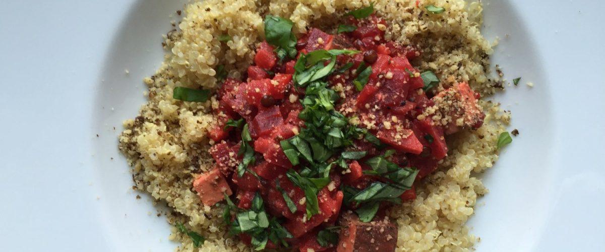 Exotisches Rote Rüben-Tofu-Gulasch mit Quinoa