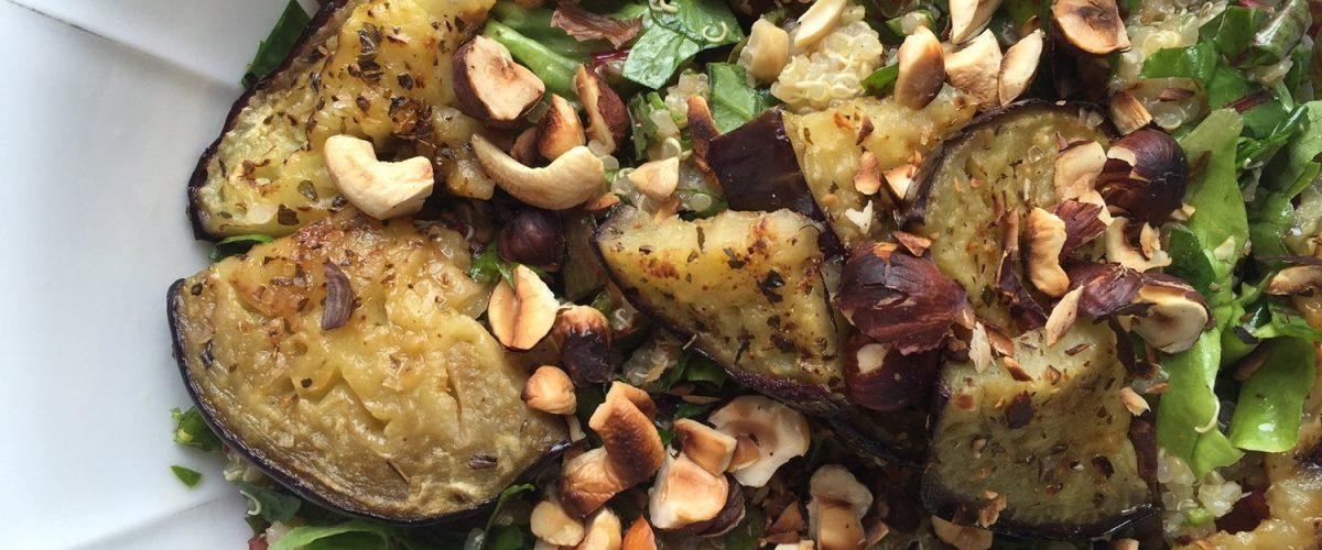 Gebratene Melanzani auf Quinoa-Kräuter-Salat