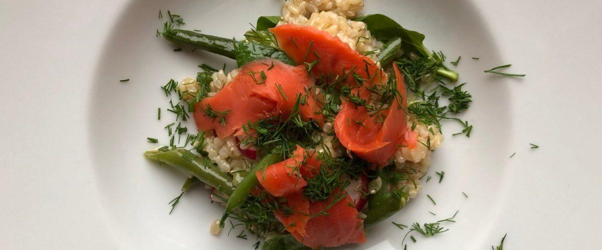 Reis-Salat mit Fisolen und Räucherlachs